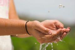 Agua corriente y manos Imágenes de archivo libres de regalías
