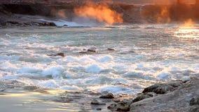 Agua corriente y onda en salida del sol metrajes