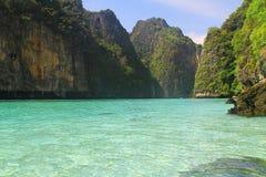 Agua cristalina de la bahía de Pileh - Koh Phi Phi imagen de archivo libre de regalías