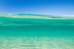 Agua cristalina de la turquesa Fotografía de archivo libre de regalías