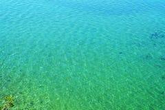 Agua cristalina del lago de la turquesa Fotografía de archivo libre de regalías