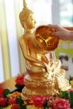 Agua de colada de la mano en la imagen de Buda Imagenes de archivo