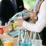 Agua de colada del camarero Fotografía de archivo