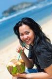 Agua de consumición del coco de la mujer hermosa Imagen de archivo