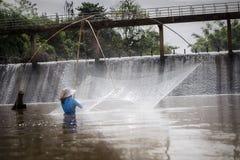 Agua de Fishing In del pescador imagenes de archivo