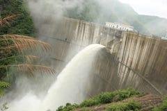 Agua de inundación de la descarga de la presa Fotos de archivo libres de regalías