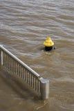 Agua de inundación del río Misisipi, boca de incendio, verja, Imagenes de archivo