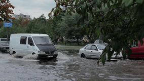 Agua de inundación en un camino en Kyiv