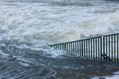 Agua de inundación que rabia lejos Imagen de archivo libre de regalías