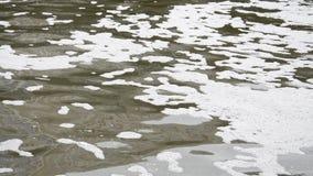 Agua de inundación sucia del marrón del río de la ciudad que fluye almacen de metraje de vídeo