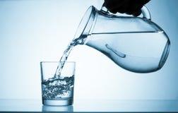 Agua de la bebida Fotos de archivo libres de regalías