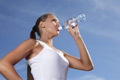 Agua de la bebida de la muchacha Imagen de archivo libre de regalías