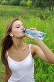 Agua de la bebida de la muchacha fotos de archivo