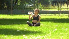 Agua de la bebida de la mujer después del deporte metrajes