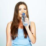 Agua de la bebida de la mujer joven de la botella azul Imagen de archivo libre de regalías