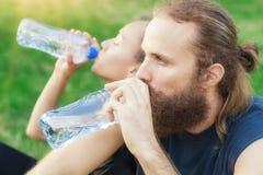 Agua de la bebida de los pares después del ejercicio Fotos de archivo libres de regalías