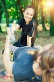 Agua de la bebida de los pares después del ejercicio Fotografía de archivo libre de regalías