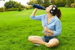 Agua de la bebida de un termo Imagenes de archivo