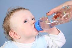 Agua de la bebida del bebé Fotos de archivo libres de regalías