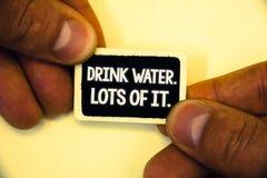 Agua de la bebida del texto de la escritura de la palabra Porciones de él El concepto del negocio para que los líquidos de consum Fotos de archivo