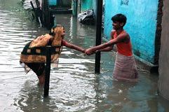 Agua de la causa de las lluvias que abre una sesión Kolkata Imágenes de archivo libres de regalías