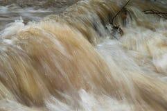Agua de la corriente sppedily que fluye rio abajo Foto de archivo