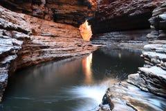 Agua de la cueva que fluye. Fotografía de archivo libre de regalías