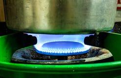 Agua de la ebullición en el gas Fotografía de archivo libre de regalías
