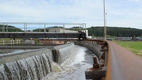 Agua de la filtración de las aguas residuales almacen de metraje de vídeo