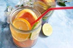 Agua de la fruta del Detox Fotos de archivo libres de regalías