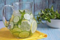 Agua de la fruta en la jarra de cristal Imagenes de archivo