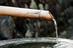 Agua de la fuente de bambú Imágenes de archivo libres de regalías