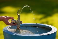Agua de la fuente de consumición Foto de archivo libre de regalías