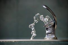 Agua de la fuente de consumición fotos de archivo libres de regalías