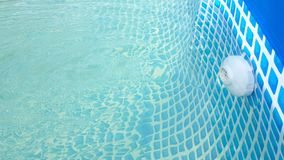 Agua de la fuente a la piscina almacen de metraje de vídeo