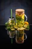 Agua de la limonada de la fruta cítrica Imágenes de archivo libres de regalías
