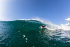 Agua de la onda del paseo del tubo del Cuerpo-huésped que practica surf Fotografía de archivo libre de regalías