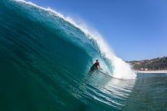 Agua de la onda del paseo del tubo del Cuerpo-huésped que practica surf Foto de archivo