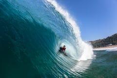 Agua de la onda del paseo del tubo del Cuerpo-huésped que practica surf Imagenes de archivo