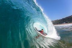 Agua de la onda del paseo del tubo del Cuerpo-huésped que practica surf Imagen de archivo