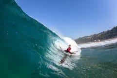 Agua de la onda del paseo del tubo del Cuerpo-huésped que practica surf Fotos de archivo