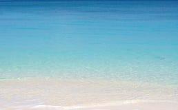 Agua de la pendiente de la turquesa imagen de archivo
