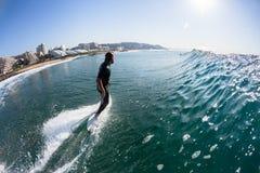 Agua de la persona que practica surf de la acción que practica surf Fotografía de archivo