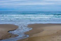 Agua de la playa del océano funcionada con abajo Foto de archivo libre de regalías
