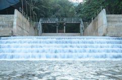 Agua de la presa Imágenes de archivo libres de regalías