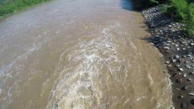 Agua de la presa de la inundación