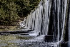Agua de la presa que fluye tranquilamente foto de archivo