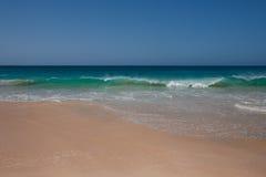 Agua de la turquesa de Océano Atlántico en Cabo Verde. Fotografía de archivo libre de regalías