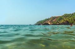 Agua de la turquesa del mar caliente en el estado de Goa, la India Imagenes de archivo