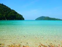 Agua de la turquesa en la isla Tailandia de Surin fotos de archivo